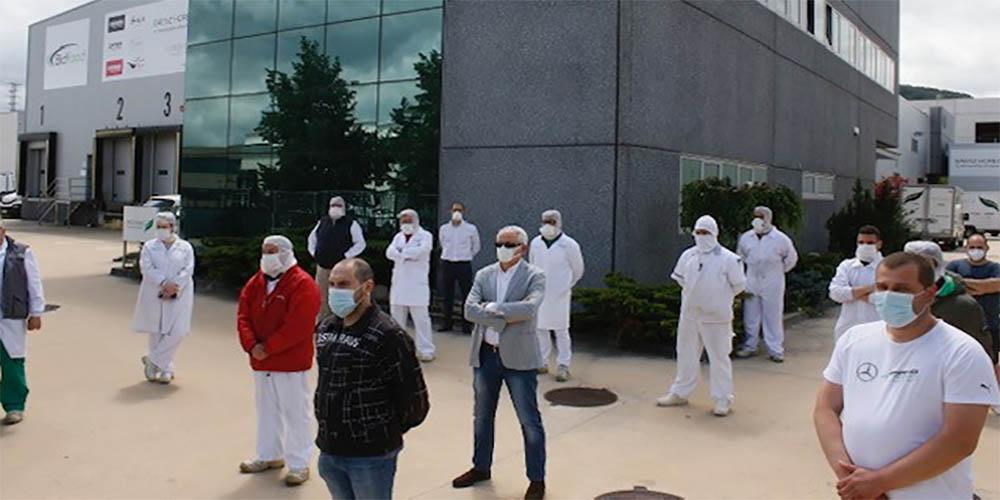 Minuto de silencio de los trabajadores de Júndiz como homenaje a los sanitarios